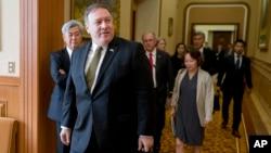 지난해 7월 북한을 방문한 마이크 폼페오 국무장관과 미국 정부 관계자들이 김영철 북한 노동당 부위원장과의 회담을 위해 평양 백화원 영빈관 회의장에 들어서고 있다.