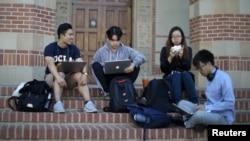Mahasiswa Universitas California Los Angeles (UCLA) sedang bersantai di kampus UCLA, California. (Foto: Reuters)