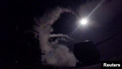 """美国海军""""波特""""号导弹驱逐舰从地中海向叙利亚某空军基地发射战斧式巡航导弹。(2017年4月7日)"""