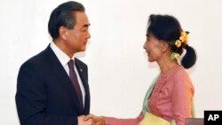 미얀마의 아웅산 수치 외무장관(오른쪽)이 5일 취임 후 첫 공식 일정으로 미얀마를 방문한 왕이 중국 외교부장과 회담했다.