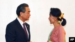 တရုတ္ႏိုင္ငံျခားေရး၀န္ႀကီး Wang Yi ႏွင့္ ျမန္မာႏိုင္ငံျခားေရး၀န္ႀကီး ေဒၚေအာင္ဆန္းစုၾကည္တို႔ ၂၀၁၆ ဧျပီလတုန္းက ေနျပည္ေတာ္မွာေတြ႔ဆံုစဥ္