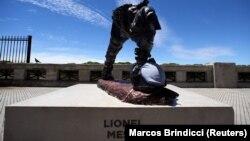 Les restes de la statue de Lionel Messi à Buenos Aires le 20 janvier 2017.