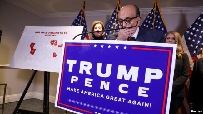 Cả ông Giuliani và bà Powell đều đang đối mặt với kiện tụng về tội phỉ báng