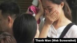 Một học sinh Việt Nam bật khóc sau khi biết điểm trúng tuyển dự kiến của trường trong đợt xét tuyển vào đại học.