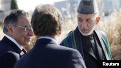 阿富汗总统卡尔扎伊(右)和美国国防部长帕内塔(左)1月10日在五角大楼