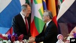 รัฐมนตรีต่างประเทศรัสเซีย เซอร์เก ลาฟรอฟ จับมือกับรัฐมนตรีต่างประเทศของไทย ดอน ปรมัตถ์วินัย ระหว่างการแถลงในวันอังคารที่ 30 กรกฎาคม ที่กรุงเทพฯ