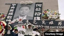 1989年4月15日胡耀邦病逝后,北京学生在天安门广场人民英雄纪念碑自发悼念,后来演变成八九民运