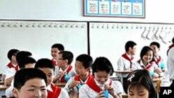 나라에서 공급하는 콩우유를 마시는 평양의 중학생들.