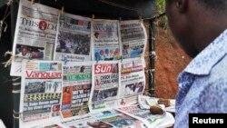 18일 나이지리아 아부자의 신문 가판대. 납치된 여학생들의 석방 가능성에 대한 기사가 각 종 신문 1면에 실렸다.