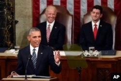 ປະທານສະພາຕຳ ທ່ານ Paul Ryan (ຂວາ) ແລະ ຮອງປະທານາທິບໍດີ ທ່ານ Joe Biden (ຊ້າຍ) ຟັງກ່າວຄຳປາໄສ ປ. Barack Obama