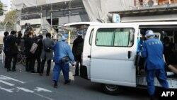 پلیس هیوگو و خبرنگاران ژاپنی در مقابل محلی که پسر یوشیتانه یاماساکی در داخل یک قفس چوبی کوچک یافت شد. - ۲۵ فوریه ۲۰۱۸