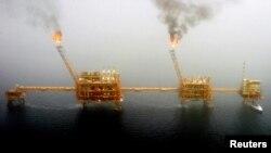 Arhiva - Naftne platvorme u Perijskom zalivu, južno od Teherana, 25. jula 2015.