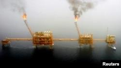 عالمی سطح پر تیل کی قیمتوں میں ریکارڈ کمی ہوئی ہے۔ (فائل فوٹو)