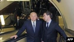 Президент РФ Дмитрий Медведев и мэр Москвы Юрий Лужков инспектируют столичное метро. Архивное фото.