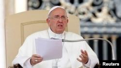 Las palabras del papa Francisco, sobre su antecesor Benedicto XVI, causaron emoción en la Plaza de San Pedro y un nutrido aplauso de quienes asistían an Ángelus.