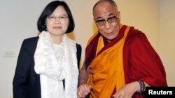 台湾总统蔡英文与西藏流亡精神领袖达赖喇嘛(资料照片)