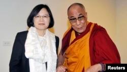 2009年9月1日,民进党主席蔡英文(左)与流亡的藏人精神领袖达赖喇嘛在台湾的一次非公开会议上握手。