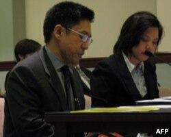 泰国商务代表科莫西里(左)提供证词