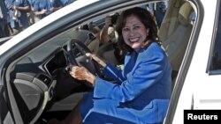 La secretaria de Trabajo, Hilda Solis, posa dentro de un Ford Fusion 2013. Solis anunció su renuncia y regresa a su natal Los Ángeles.