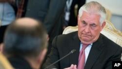 Держсекретар США Тіллерсон протягом зустрічі з міністром закордонних справ Росії Лавровим