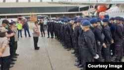 Ratusan personel dari Satuan Brimob Polda Kepulauan Riau dikerahkan untuk berjaga di sekitar lokasi karantina ratusan WNI di Natuna. Minggu 2 Februari 2020. (Courtesy: Polda Kepulauan Riau)