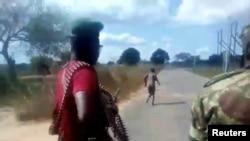 Homens vestidos com farda militar disparam contra uma mulher nua, junto à vila de Diaca, em Cabo Delgado, Moçambique