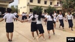 Female students attend a clean-up day event at Angkor High School, around two kilometers from Siem Reap city center on Saturday, March 21, 2015. (Phorn Bopha/VOA Khmer)