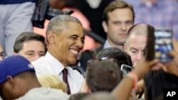 El presidente Barack Obama saluda a partidarios demócratas luego de su discurso a favor de la candidata presidencial Hillary Clinton, en Fayetteville, Carolina del Norte. Noviembre 4, 2016.