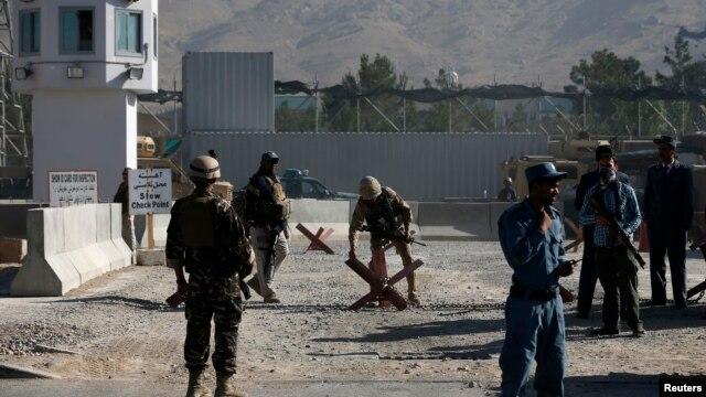 Kobul aeroportida afg'on havo kuchlarini tayyorgarlikdan o'tkazayotgan AQSh Mudofaa vazirligining uch xodimi otib ketilgan.