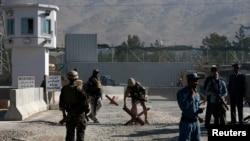 Lực lượng an ninh Afghanistan canh gác tại hiện trường một vụ đánh bom do Taliban thực hiện.