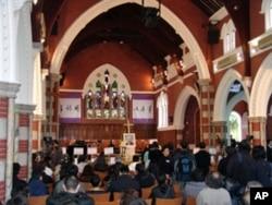 香港民众在圣安德烈堂内为司徒华祈祷