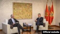 Predsjednik Vlade Milo Đukanović sa šefom Jedinice za Crnu Goru u Generalnom direktoratu za proširenje Evropske komisije Dirka Langea (gov.me)