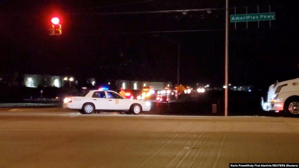 Xe cảnh sát tại cơ sở của FedEx ở Indianapolis, Indiana, sau vụ nổ súng, ngày 16/4/ 2021.