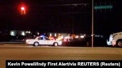 Polisi terlihat di jalanan setelah insiden penembakan di fasilitas FedEx di Indianapolis, Indiana, AS 16 April 2021. (Kevin Powell / Indy First Alert / melalui REUTERS)