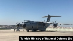 Pesawat kargo militer Turki mengangkut peralatan medis untuk AS, lepas landas dari sebuah pangkalan udara di Ankara, Selasa (28/4).