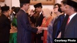 Presiden Joko Widodo memberi ucapan selamat kepada Dr. Sri Mulyani Indrawati sebagai Menteri Keuangan yang baru di Istana Negara Jakarta Rabu 27 Juli 2016 (Foto: Biro Pers Kepresidenan RI).