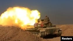 Tentara Irak menembak ke arah posisi militan Negara Islam (ISIS) di selatan Mosul, Irak (10/12). (Reuters/Alaa Al-Marjani)