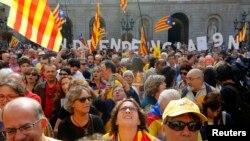 Những người ủng hộ độc lập tụ họp trước trụ sở chính phủ trước khi nhà lãnh đạo Catalonia ký nghị định mở cuộc trưng cầu dân ý