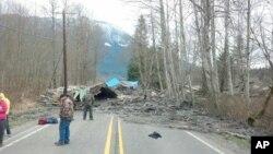 22일 미국 서부 워싱턴주 시애틀 북부에서 발생한 산사태로 10여명의 사상자가 발생했다. 사진은 흙더미가 인근 도로를 덮친 모습.