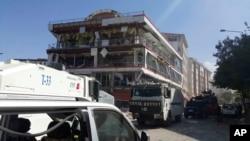 Des voitures de sécurité sont garés près du site de l'explosion à Van, Turquie, le 12 septembre 2016.