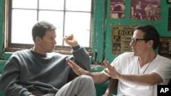 """Mark Wahlberg (berperan sebagai Micky Ward) bersama Sutradara David O. Russell dalam set film """"The Fighter"""" (Foto: dok)."""
