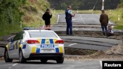 Cảnh sát và người dân địa phương xem xét thiệt hại sau trận động đất, dọc một xa lộ gần thị trấn Ward, ở đảo Nam, New Zealand, 14/11/2016.