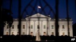 Suasana Gedung Putih tanggal 30 Oktober 2013. Direktur Anggaran Gedung Putih, Sylvia Burwell, mengeluarkan instruksi kepada badan-badan federal untuk melaksanakan rencana penutupan operasi pemerintah dengan tertib (30/9).