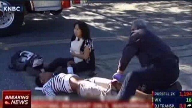 Một nhân viên cứu hộ sơ cứu nạn nhân ở San Bernardino, California ngày 2/12/2015.