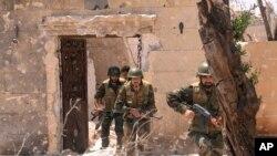 2013年5月26日效忠叙利亚总统阿萨德的部队在阿勒颇向反对派人员发动攻击。