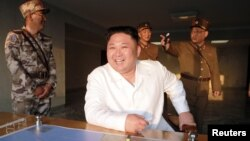 លោក Kim Jong Un មេដឹកនាំកូរ៉េខាងជើងញញឹមនៅពេលបាញ់រ៉ុក្កែតផ្លោងតាមប្រព័ន្ធតម្រង់ទិសមួយនៅក្នុងរូបថតដែលចេញផ្សាយដោយទីភ្នាក់ងារសារព័ត៌មានកណ្តាលរបស់កូរ៉េខាងជើង កាលពីថ្ងៃទី៣០ ខែឧសភា ឆ្នាំ២០១៧។