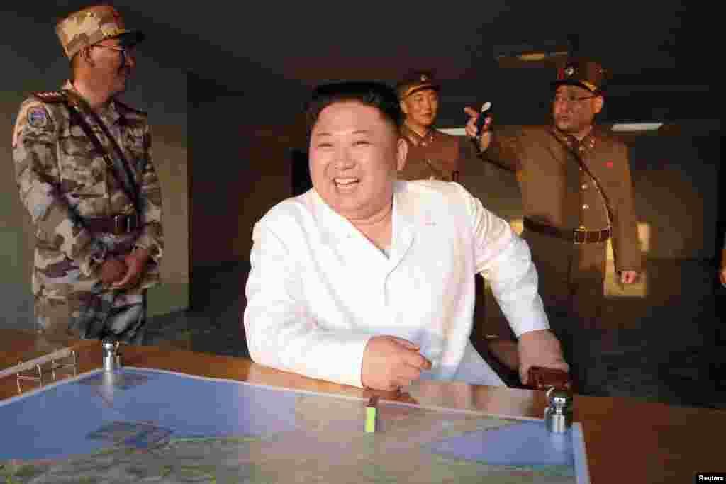 김정은 북한 국무위원장이 새로 개발한 정밀유도 탄도미사일 시험발사를 참관했다고, 관영 조선중앙통신이 30일 보도했다. 김 위원장 앞에 놓인 지도에 발사와 목표 지점, 비행 궤적 등이 적혀있다. 북한은 탄두가 목표지점을 7m 편차로 명중했다며, 성공적인 발사였다고 주장했다.