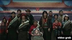 藏民在天安门帷幕布景前留影(酥油灯影片截图)