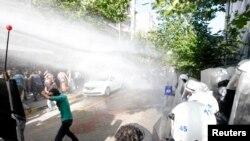 土耳其警察用高压水龙对付把矿难归咎于政府的示威者