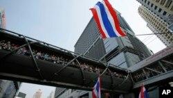 Các nhà đầu tư nước ngoài đã rút khỏi thị trường chứng khoán Thái Lan kể từ khi cuộc phản kháng chính trị bùng ra hồi thượng tuần tháng 11